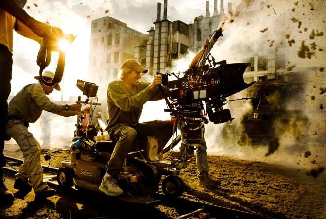 Observem a alegria dele em filmar tudo explodindo ao seu redor!