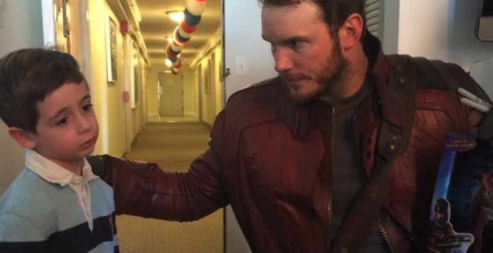 chris-pratt-chris-evans-visit-hospital-860x442