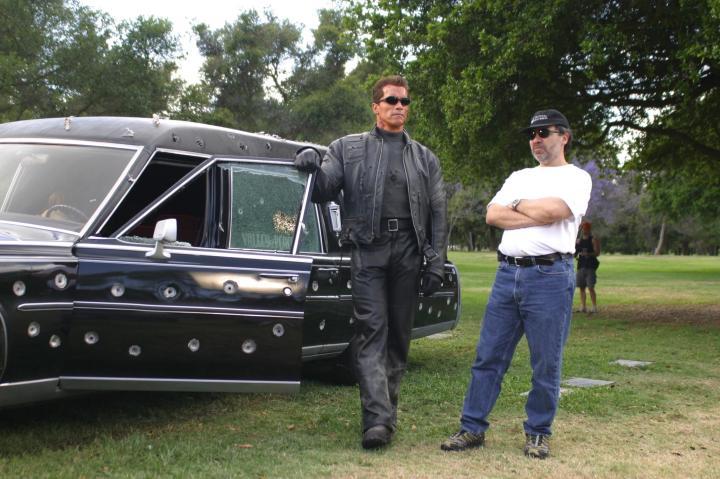OK, a perseguição com o carro da funerária também é maneira.