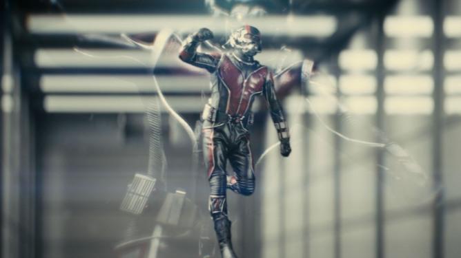 Em tela, poder do herói flui e se transforma em um dos principais trunfos da obra.