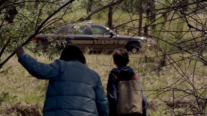 Dois meninos, um carro de polícia e uma aventura curiosa